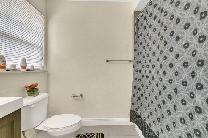 1818-baxter-ave--orlando--fl-32806---26---bathroom.jpg