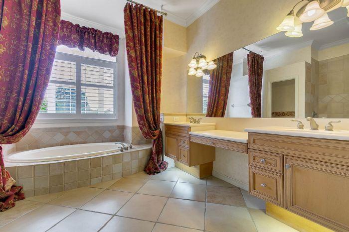 4939-kensington-park-blvd--orlando--fl-32819----20---master-bathroom.jpg