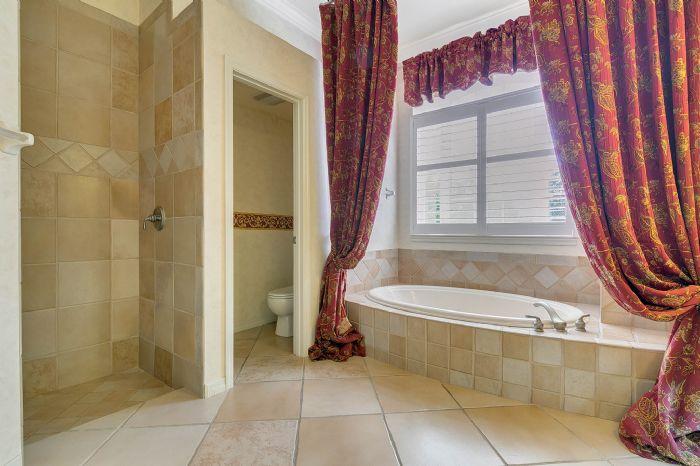 4939-kensington-park-blvd--orlando--fl-32819----21---master-bathroom.jpg