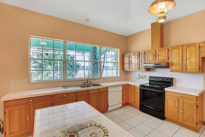 8915-riverlachen-way-riverview-fl-3357808kitchen-1.jpg