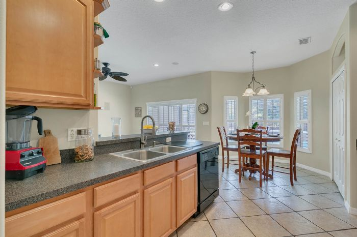 1912-precious-cir--apopka--fl-32712----20---kitchen.jpg