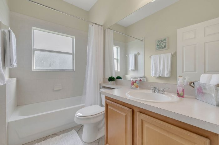 1912-precious-cir--apopka--fl-32712----27---bathroom.jpg