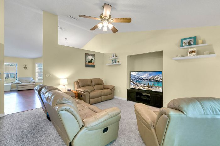 2332-sweetaire-ct--apopka--fl-32712----14---family-room.jpg
