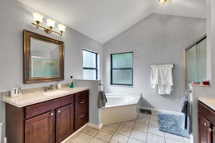 2332-sweetaire-ct--apopka--fl-32712----21---master-bathroom.jpg