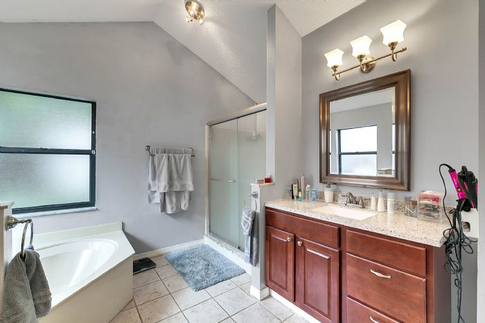 2332-sweetaire-ct--apopka--fl-32712----22---master-bathroom.jpg