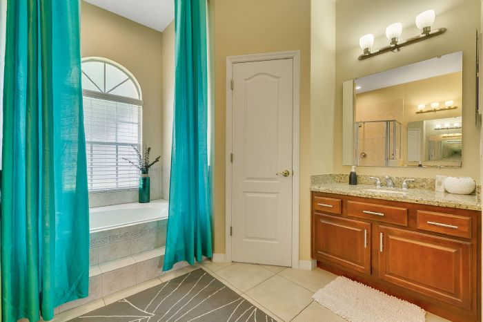 1935-lazy-oaks-loop--st-cloud--fl-34771---25---master-bathroom.jpg
