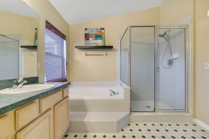 1110-cord-ct--apopka--fl-32712---17---master-bathroom.jpg