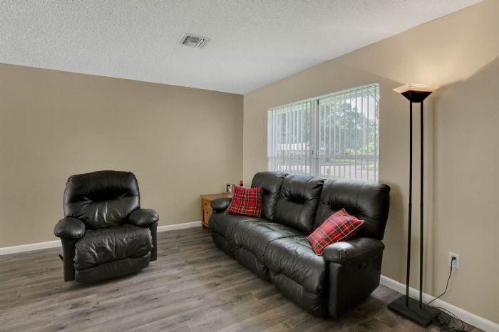 3307-45th-st.-w--bradenton-fl-34209---04---living-room-2.jpg