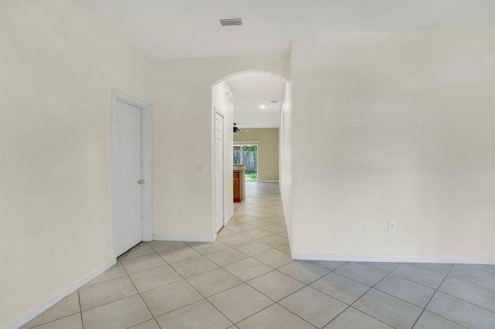 7207-n-glen-ave.--tampa-fl-33614---04---hallway.jpg