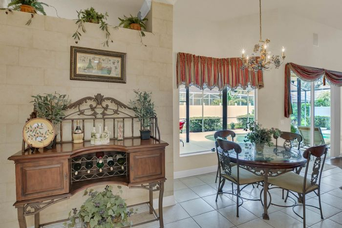 3408-sylvan-shadow-st.--valrico-fl-33596--18--breakfast-nook.jpg