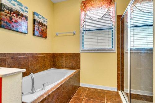 10019-Armando-Cir--Orlando--FL-32825----18---Master-Bathroom.jpg