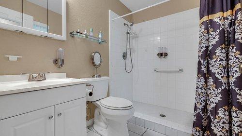 25826-Vero-St--Sorrento--FL-32776----17---Master-Bathroom.jpg