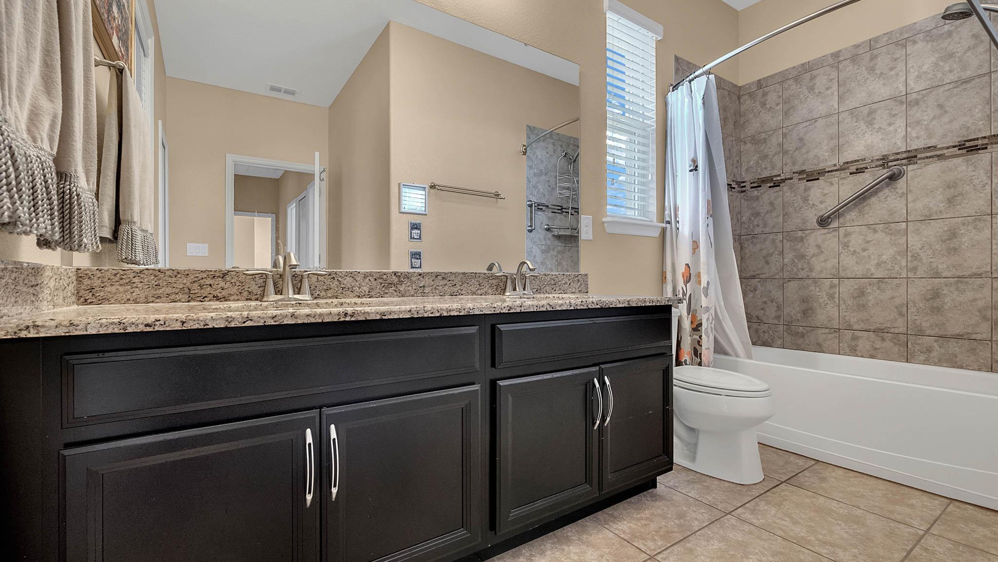 105-W-Cherry-Pl--DeLand--FL-32724----18---Bathroom.jpg