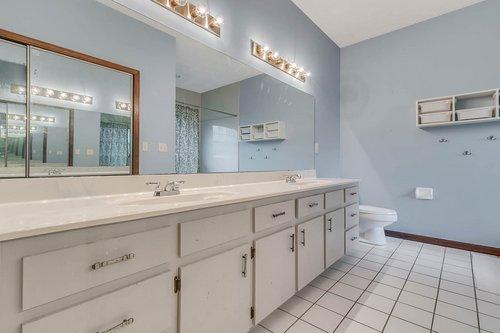 5585-SE-42nd-Ct--Ocala--FL-34480---17---Master-Bathroom.jpg