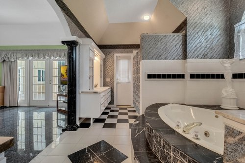 9208-Bay-Hill-Blvd--Orlando--FL-32819----22---Master-Bathroom.jpg