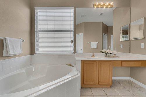 126-Blue-Stone-Cir--Winter-Garden--FL-34787----27---Master-Bathroom.jpg