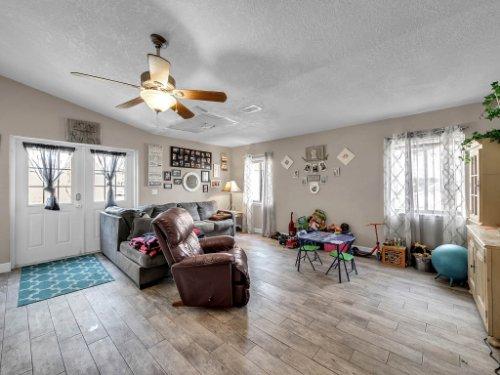 1035-10th-St--Osteen--FL-32764---04---Family-Room.jpg