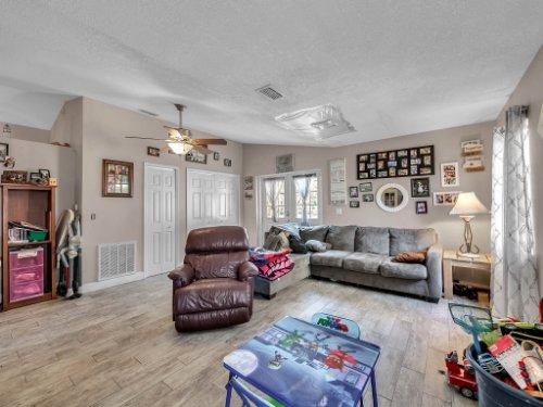 1035-10th-St--Osteen--FL-32764---05---Family-Room.jpg