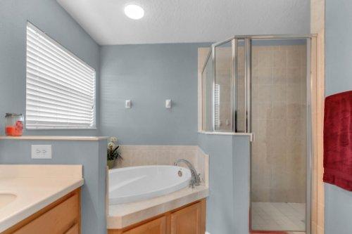 206-Bonville-Dr--Davenport--FL-33897----17---Master-Bathroom.jpg