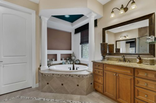 4517-Stone-Hedge-Dr--Orlando--FL-32817---21---Master-Bathroom.jpg