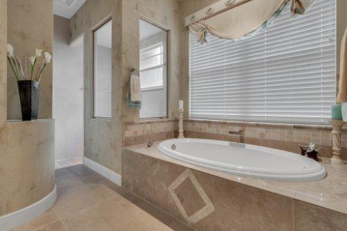 7425-Park-Springs-Cir--Orlando--FL-32835---25---Master-Bathroom.jpg
