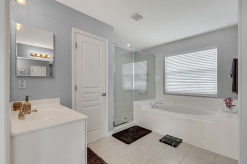 214-Autumn-Oaks-Loop--Winter-Garden--FL-34787----23---Master-Bathroom.jpg
