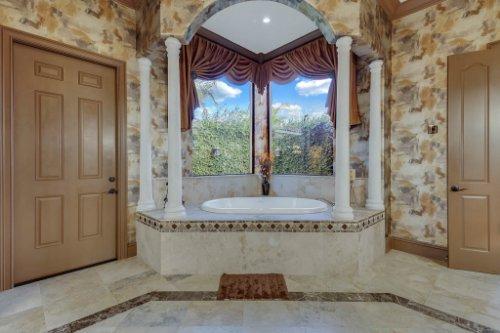 13250-Bellaria-Cir--Windermere--FL-34786----23---Master-Bathroom.jpg