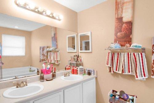4715-Langdale-Dr--Orlando--FL-32808----21---Master-Bathroom.jpg