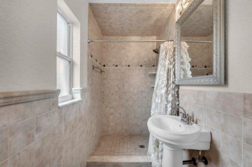 1812-Elsa-St--Orlando--FL-32806----27---Master-Bathroom.jpg