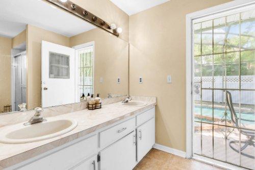5267-Crisfield-Ct--Orlando--FL-32808---21---Master-Bathroom.jpg