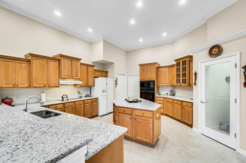 5284-Shoreline-Cir--Sanford--FL-32771----16---Kitchen.jpg