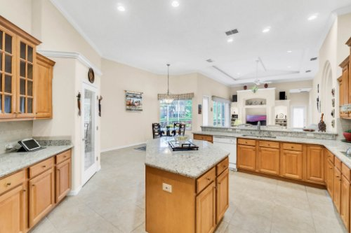 5284-Shoreline-Cir--Sanford--FL-32771----21---Kitchen.jpg