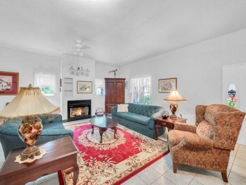 600-River-Oaks-Dr--Osteen--FL-32764----07---Family-Room.jpg