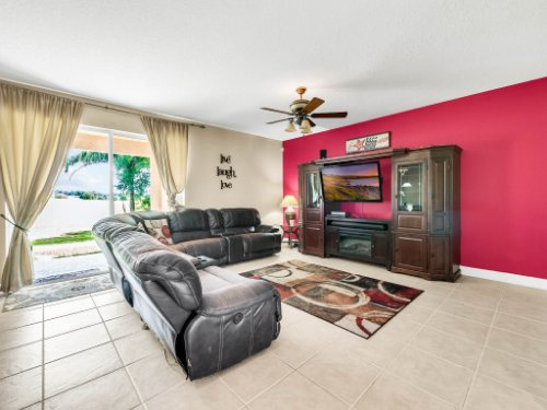 23539-Companero-Dr--Sorrento--FL-32776----10---Family-Room.jpg