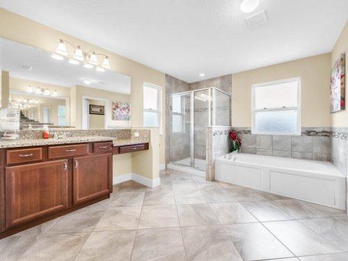 1056-Vinsetta-Cir--Winter-Garden--FL----29---Master-Bathroom.jpg