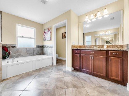 1056-Vinsetta-Cir--Winter-Garden--FL----30---Master-Bathroom.jpg
