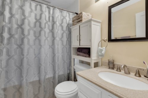 211-W-8th-St--Chuluota--FL-32766----17---Master-Bathroom.jpg