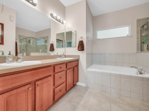 813-E-10th-St--Apopka--FL-32703----17---Master-Bathroom.jpg