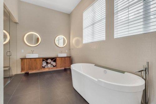 9743-covent-garden-dr--orlando--fl-32827----28---master-bathroom.jpg